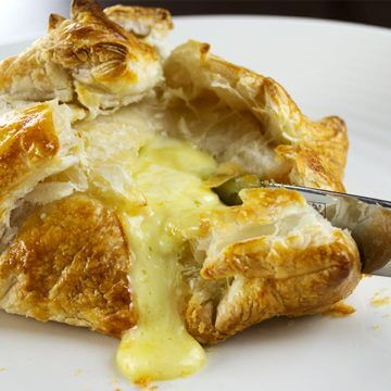 Easy Baked Brie in Puff Pastry